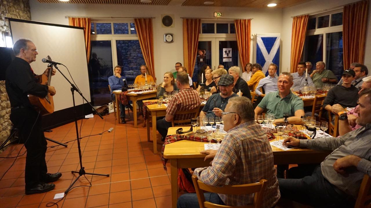 Die Gäste genießen die großartige Musik und die leckeren Whiskys