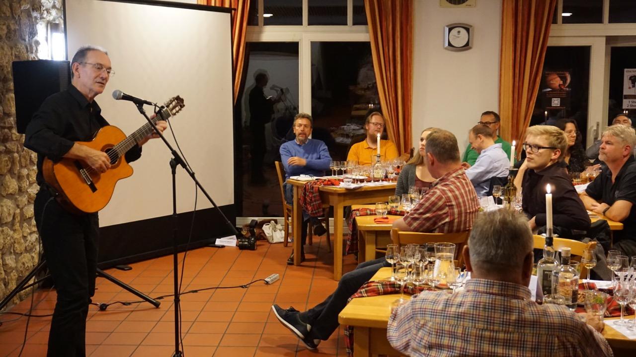 Der Whisky-Barde verzaubert die Teilnehmer immer wieder mit seinen tollen Songs.