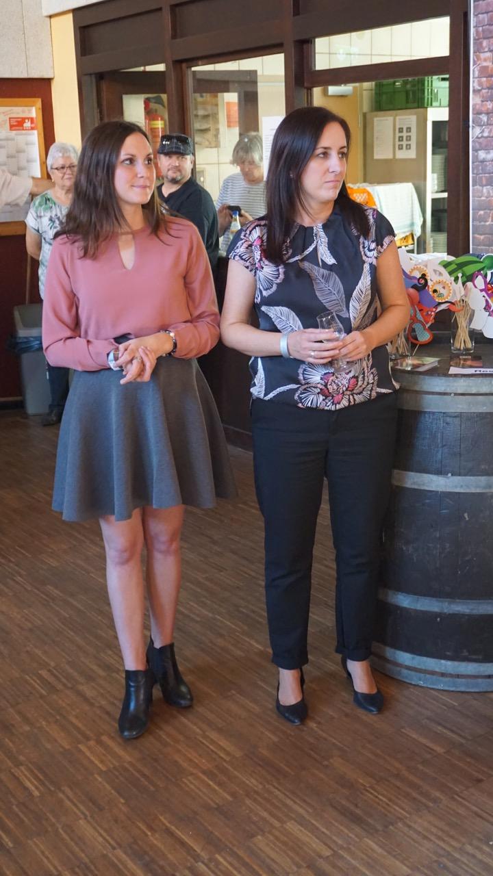 Inga Storck (Deutsche Weinprinzessin 2019, links) und Ortsbürgermeisterin Simone Rühl-Pfeiffer bei der Eröffnung.