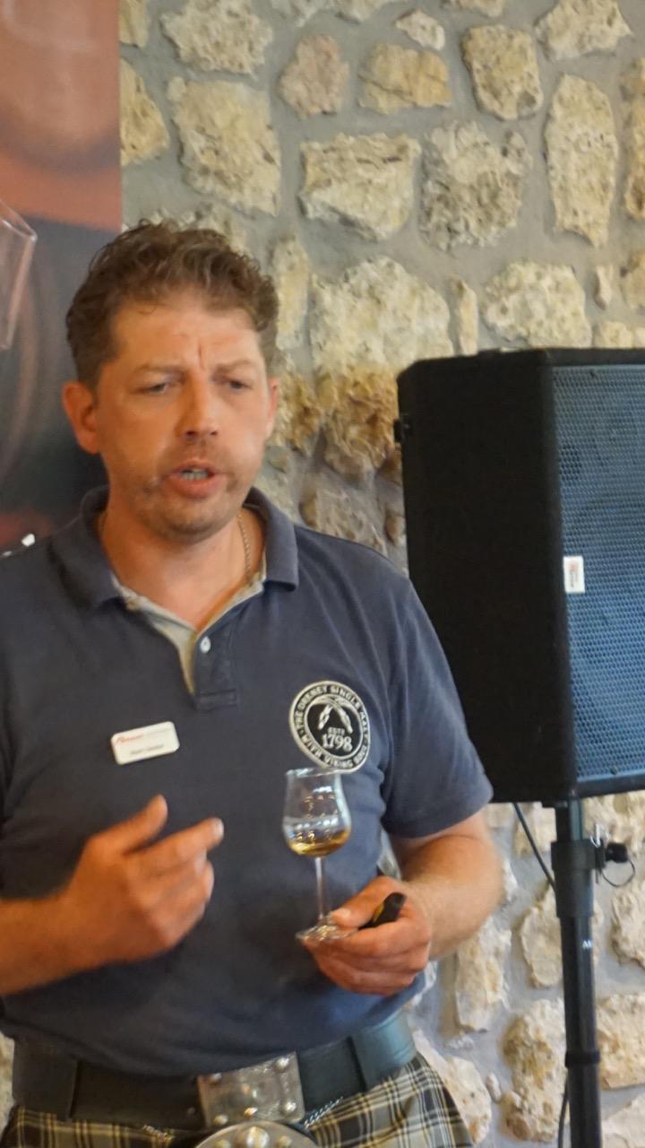 Unser Experte in seinem Element. Er hat selbst einige Zeit bei Highland Park gearbeitet und kennt die Kult-Destille bestens.