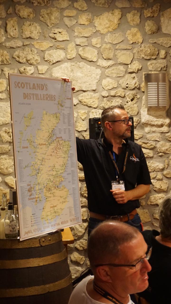 Uwe Chormann erläutert anhand der Schottlandkarte die Herkunft der schottischen Vertreter an diesem Abend.