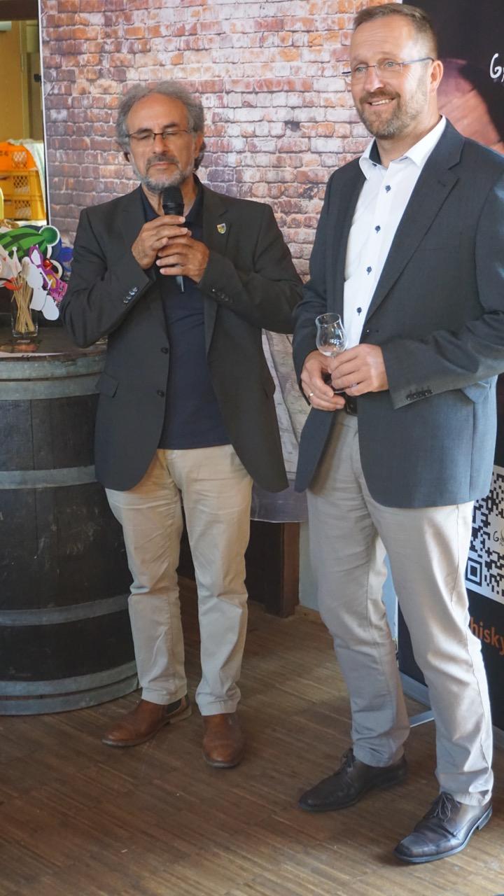 Dr. Jamil Sabbagh (Beigeordneter des Donnersbergkreises, links) und Verbandsbürgermeister Steffen Antweiler bei der Begrüßung.