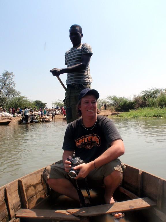 Baz les pieds dans l'eau sur la Shire River, Bangula, Malawi
