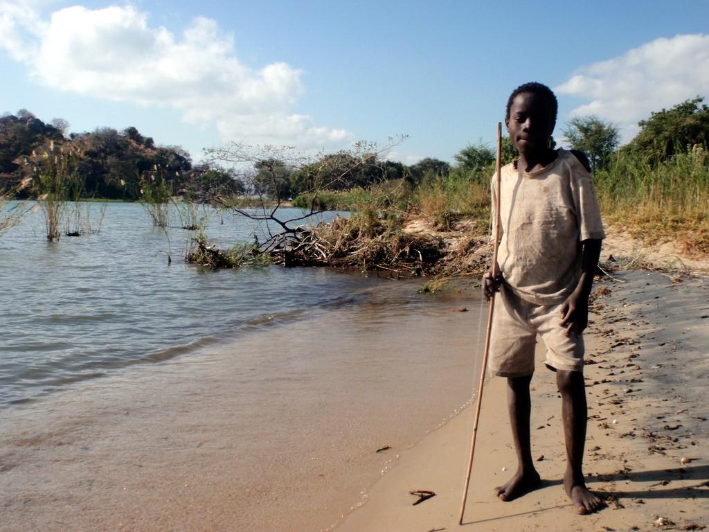 Enfant sur les bords du lac Malawi, Monkey Bay, Malawi