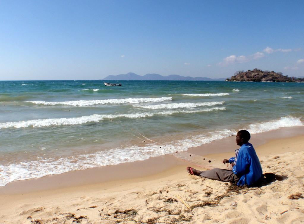 Homme et son filet, lac Malawi, Monkey Bay, Malawi