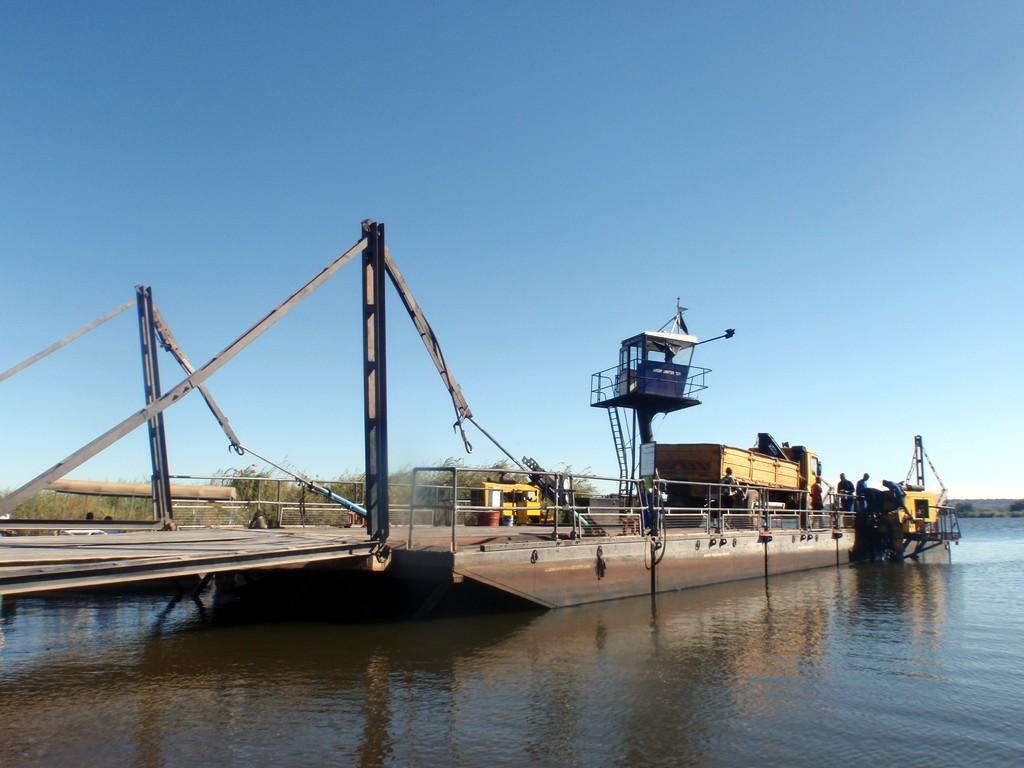Ferry à la frontière Botswana-Namibie-Zimbabwé-Zambie, à Kazangula
