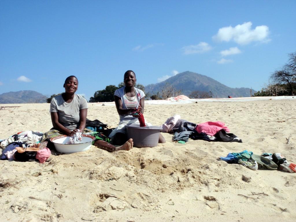 Femmes en lessive sur les bords du lac Malawi, Monkey Bay, Malawi