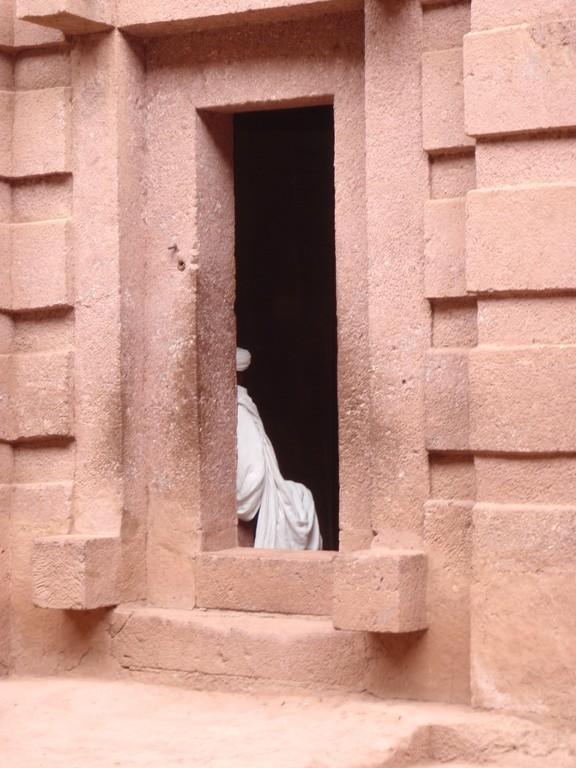 Pope dans l'une des onze églises monolithiques de Lalibella, Ethiopie