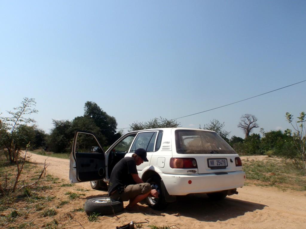 Mon ami Baz en pleine réparation de crevaison (2ème et dernier arrêt mécanique), Bangula, Malawi