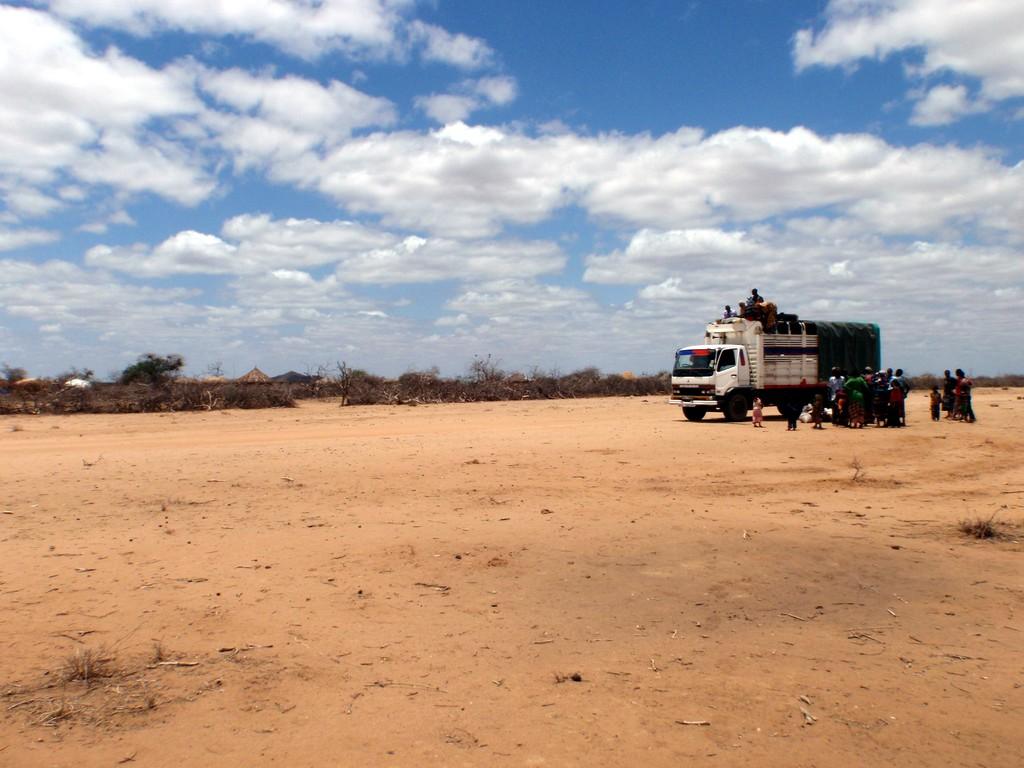 Minuscule village entouré d'une zériba (haie de buissons épineux) dans le désert somalien, Kenya