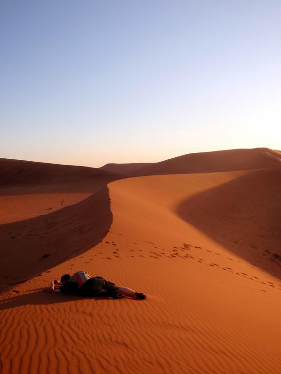 Mon ami Johann à la recherche du cadrage parfait, Sossusvlei, Namibie