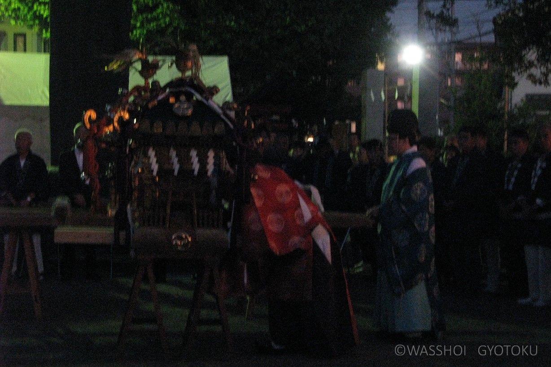 明かりを消して、熊野神社の御霊を遷します