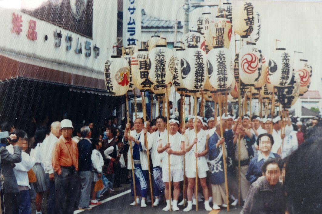 高張提灯を持った素盞雄神社の引き取り手たち