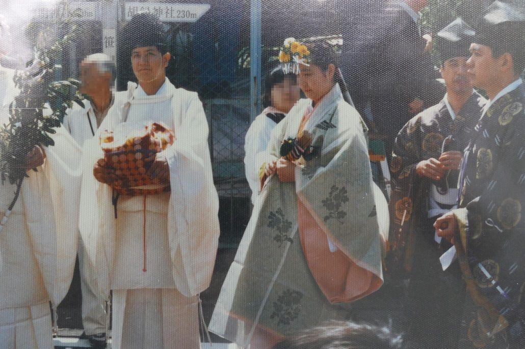 左から神官、巫女舞の女性、伶人(雅楽を演奏する人)