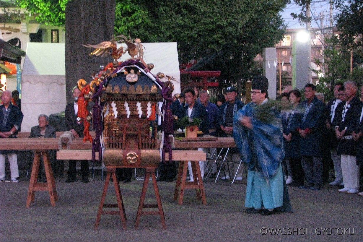 神職が各神輿をお祓いします