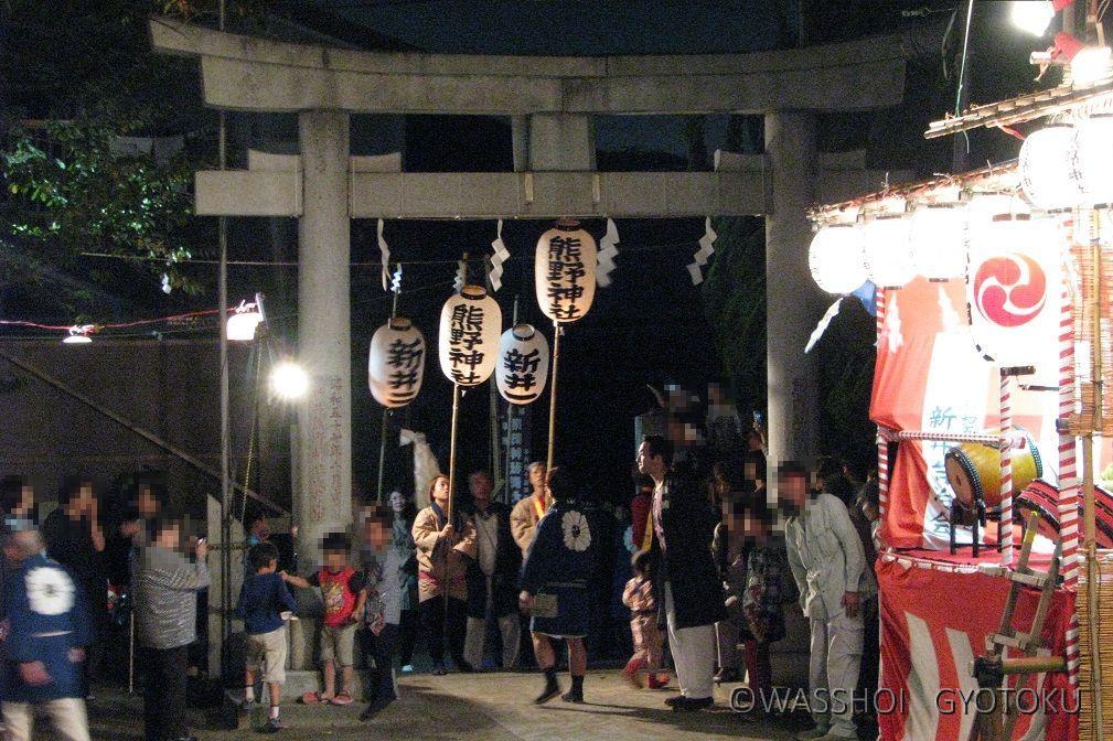 高張提灯を先頭に、渡御を終えた神輿が神社に戻ってきました
