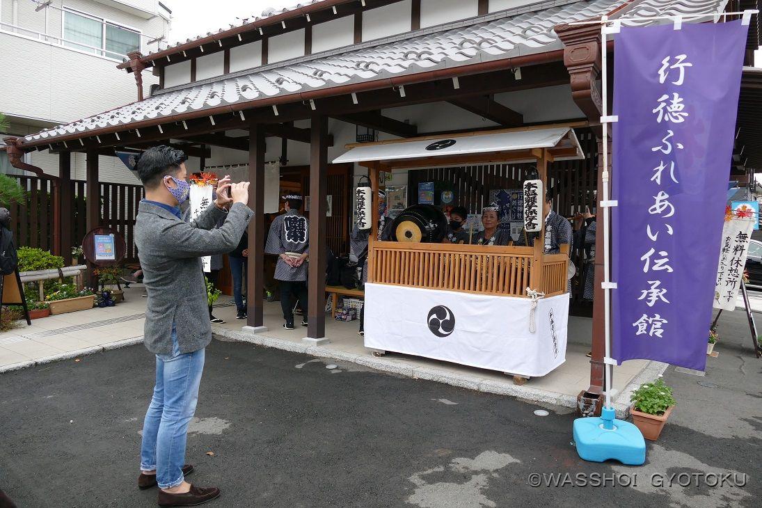 お囃子を動画撮影する村越市長