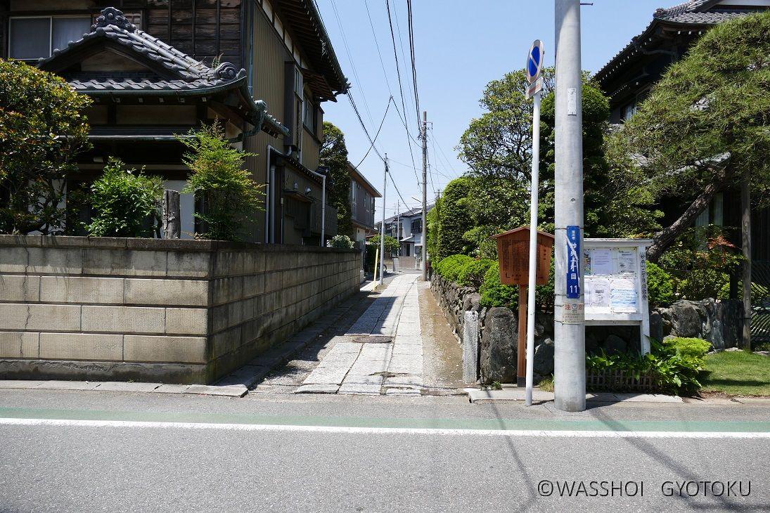 宮入りは旧成田街道(コミュニティバス通り)と参道との境で