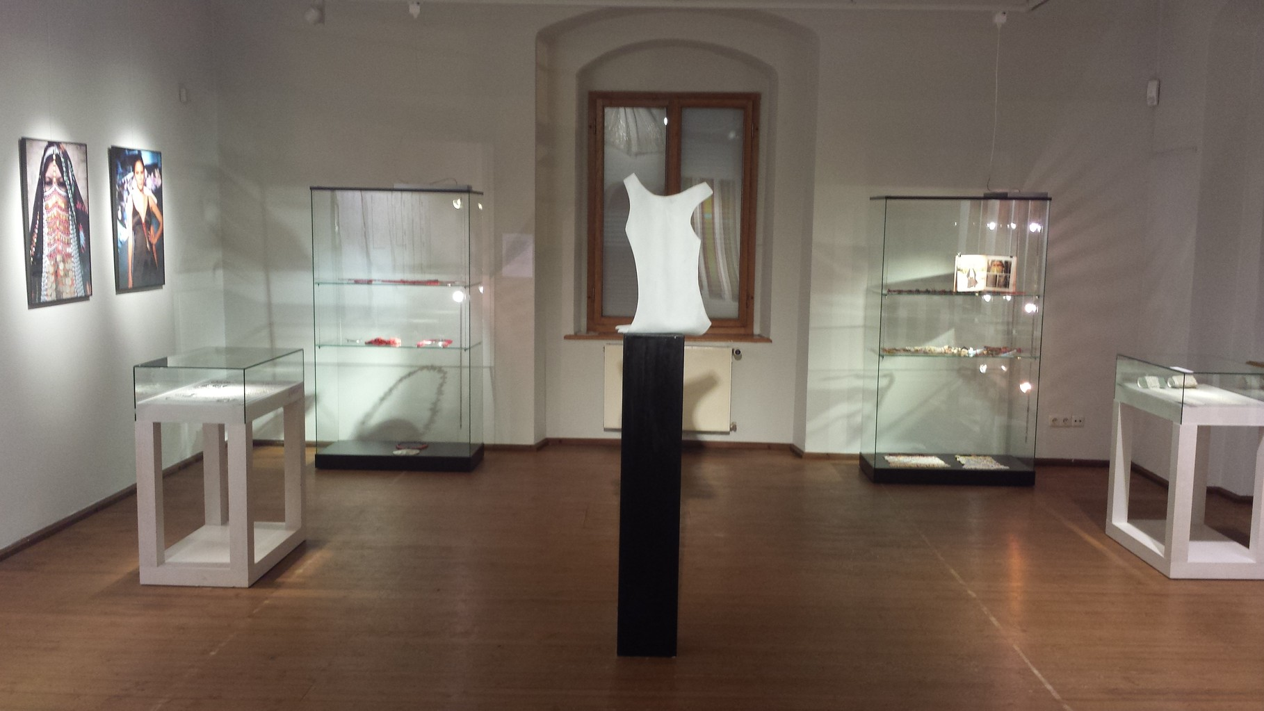 "Wasserschloss Kaffenbach ""Symbol des Lebens"" Ausstellung mit Art Leben im Holz bei Chemnitz"