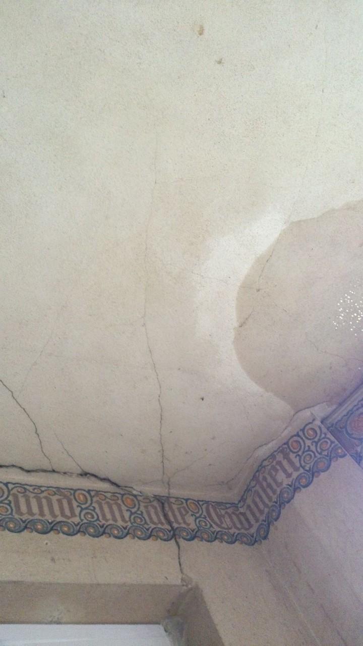Eine feuchte Decke zeugt von Löchern im Dach