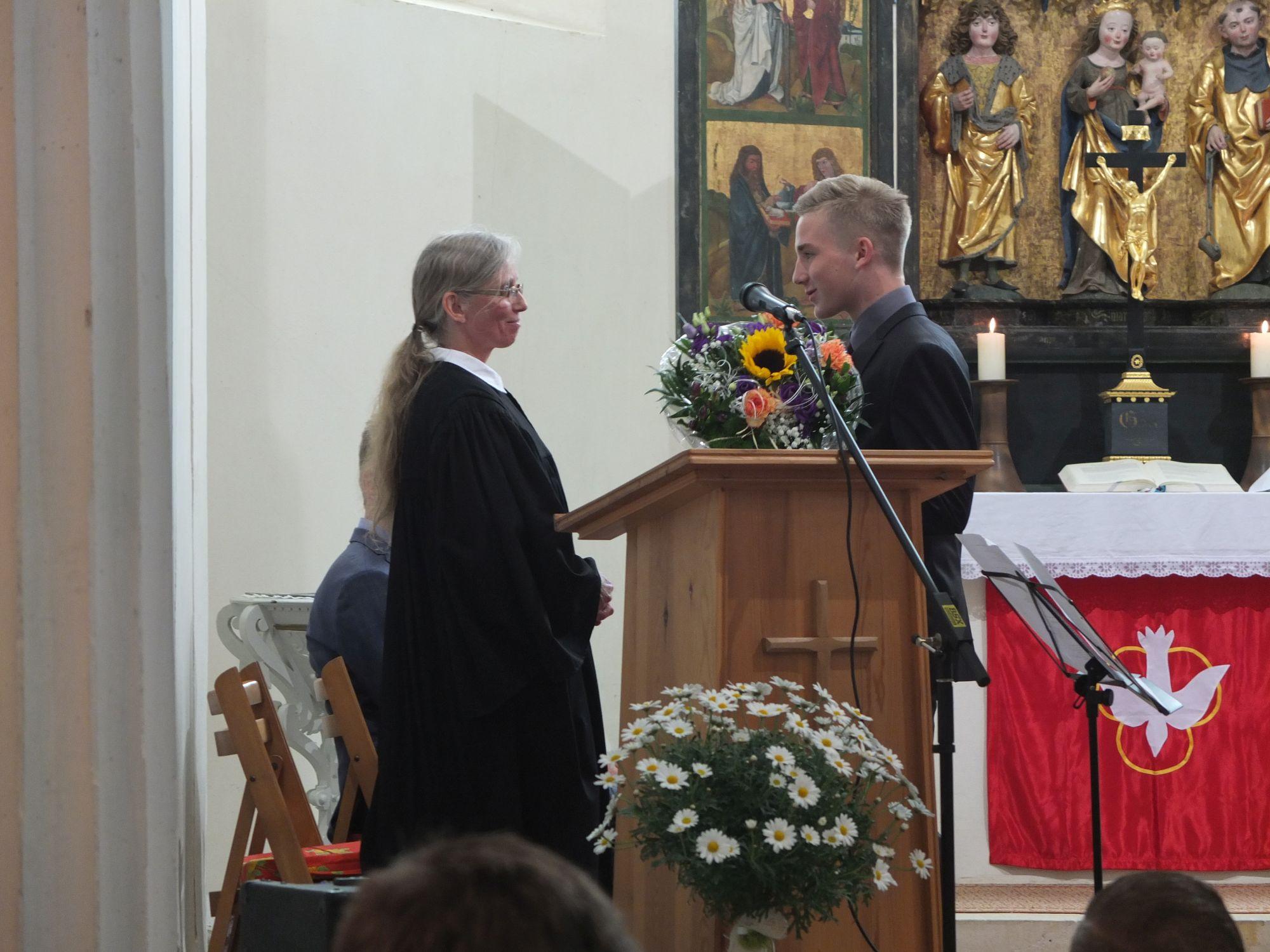 Niklas Pokorny bedankt sich bei Pfarrerin Mönnich im Namen aller Konfirmanden