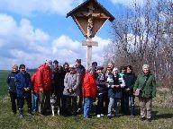 Die Pilgergruppe am Kreuz bei Großröda