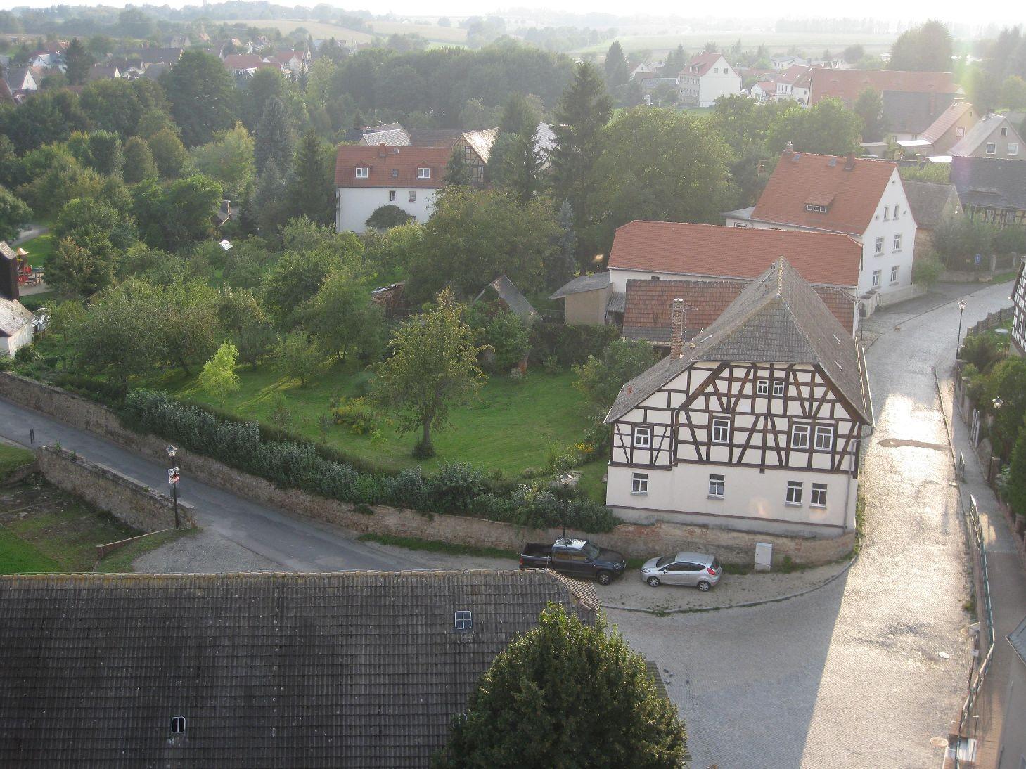 Blick auf das Pfarrhaus und den Pfarrgarten