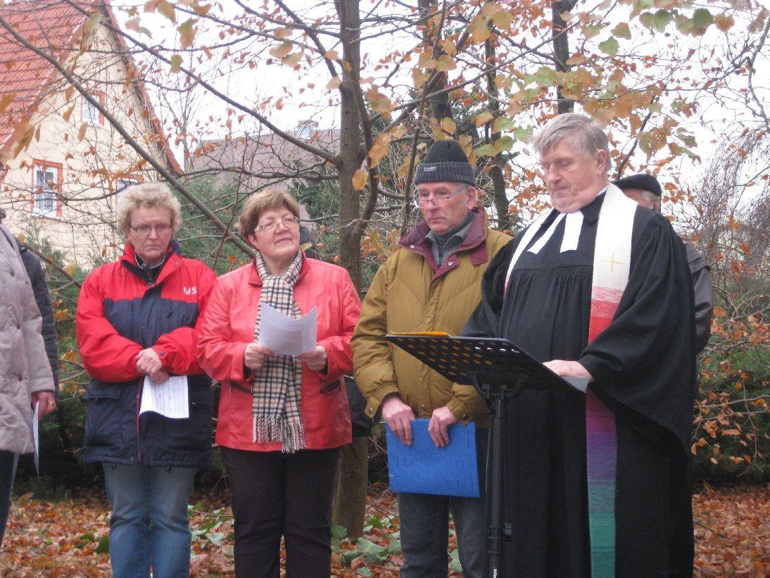 Pfarrer Bachmann führt durch die Andacht