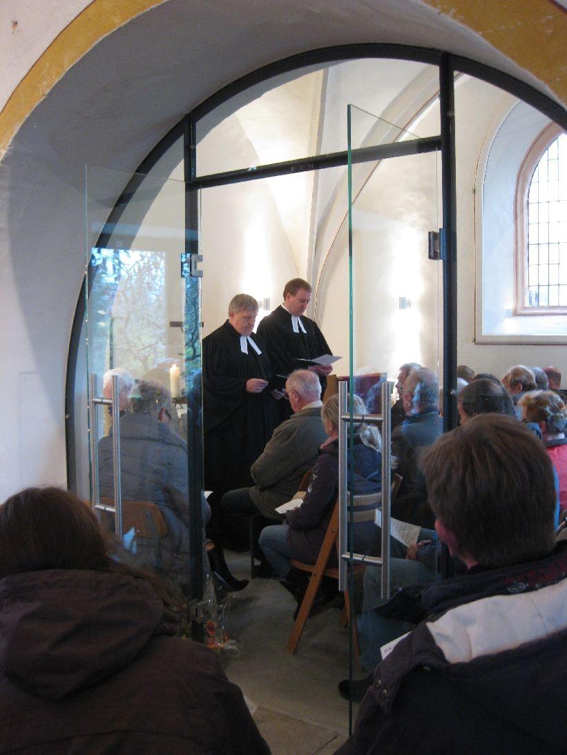 Eine volle Winterkirche - aus dem Kircheninnenraum betrachtet