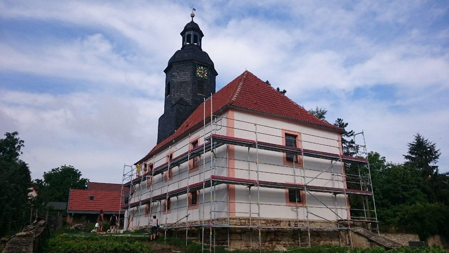 Die Kirche Dobraschütz fertig mit Gerüst