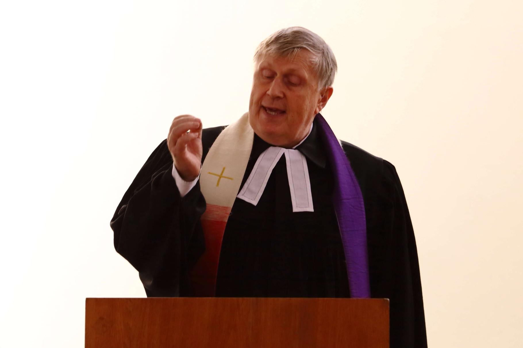Pfarrer Bachmann bei seiner Predigt