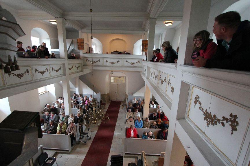Die Kirche füllt sich
