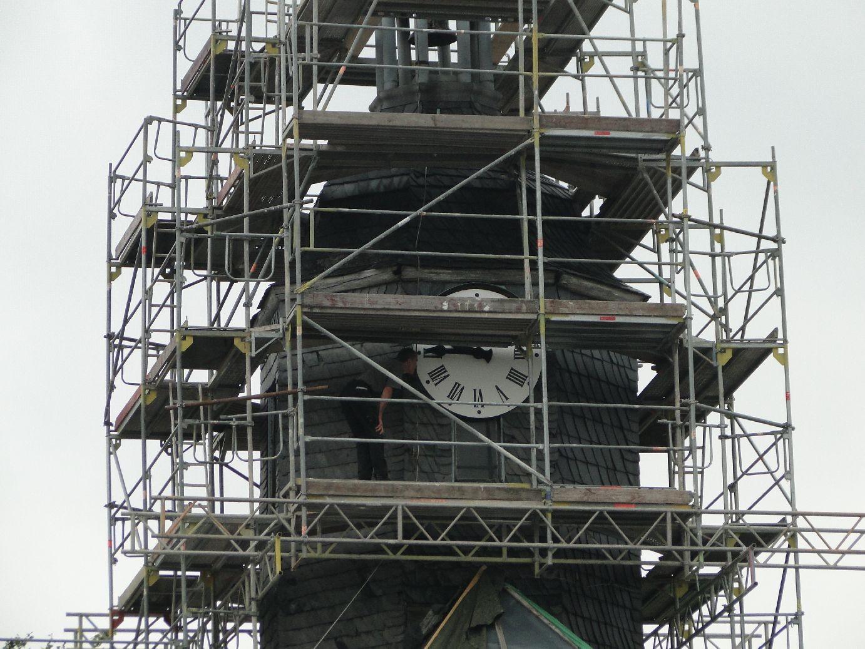Die Uhr (Ziffernblatt) wird abgenommen und überarbeitet