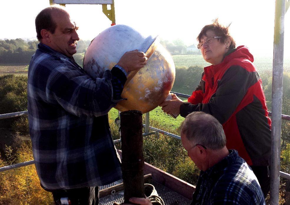Frau Dr.Hoffmann beim Bergen der Zeitkapsel am 27.10.2014