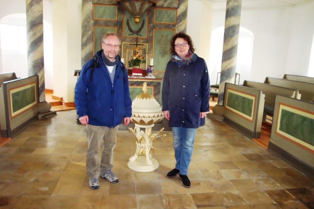 Frau Köhler und Pfarrer Eisner in Kirche Romschütz