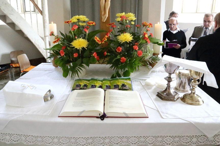 Der Altar ist geschmückt und vorbereitet