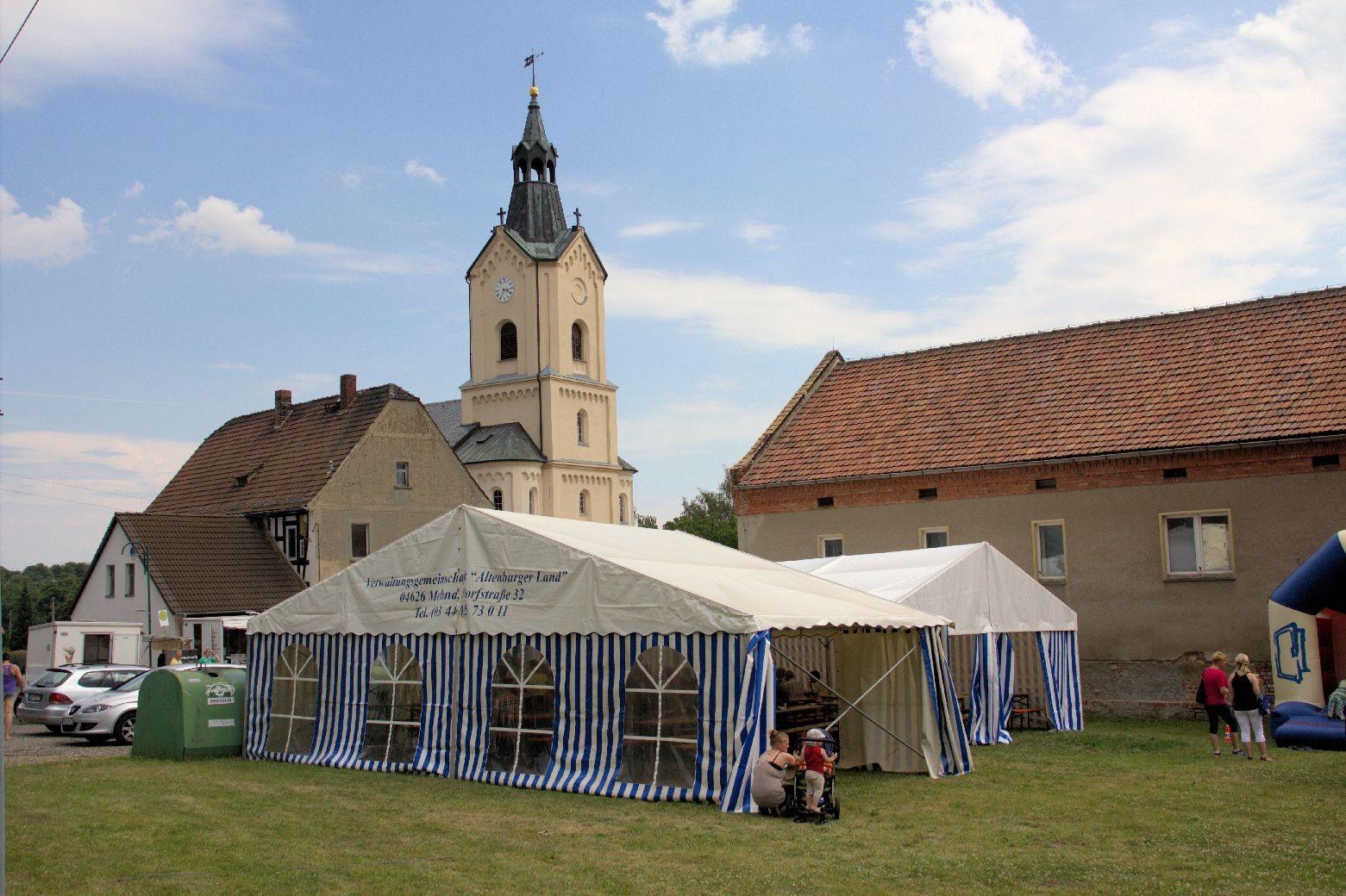 Vor der Kirche ist das Festzelt aufgebaut