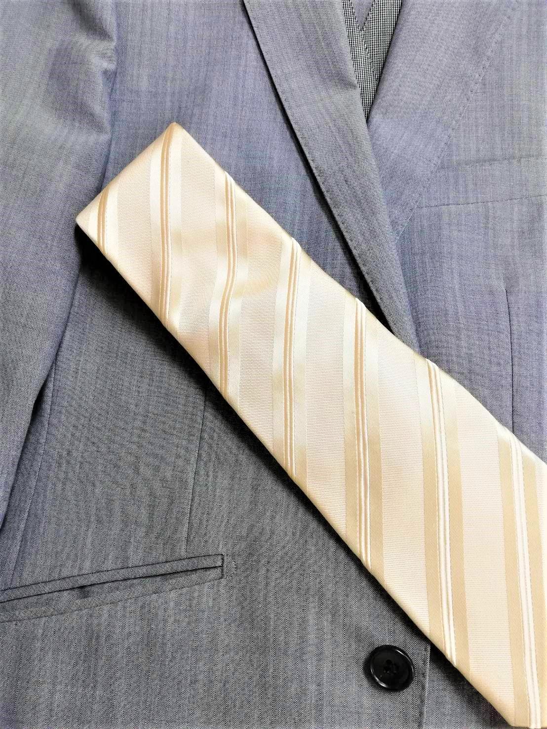 グレーのスーツに合うネクタイ
