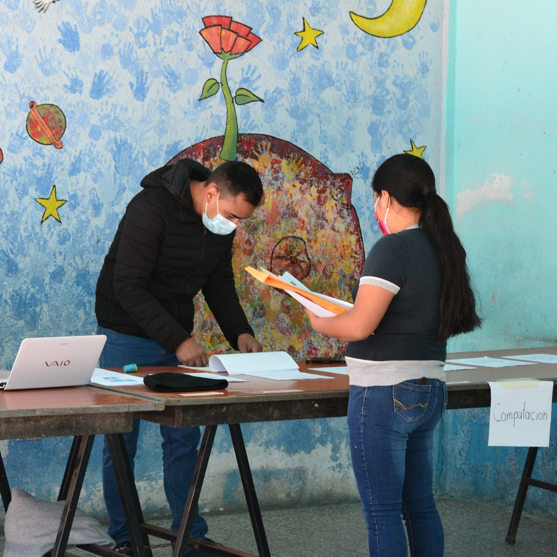 Ausgabe der Arbeitsblätter (© Niños de Guatemala)