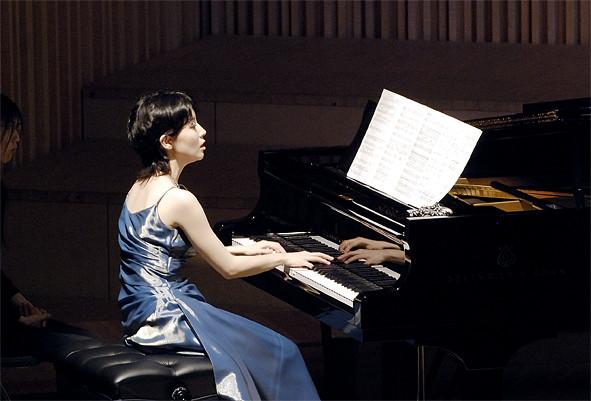 華麗なピアノはドラマ「のだめカンタービレ」で、のだめの〈手・音〉の吹き替えをされた河野紘子氏