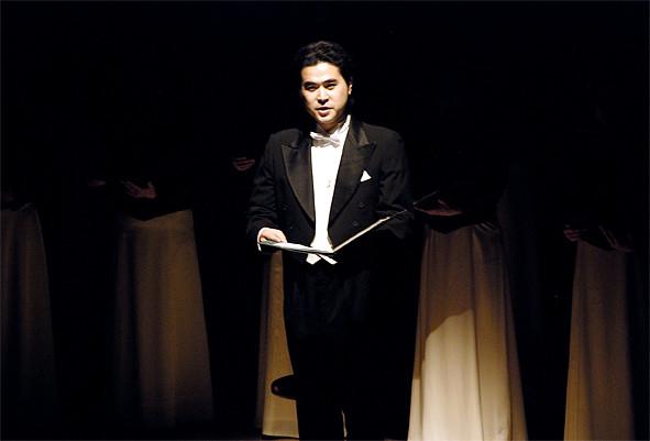 スポットライトに照らされた渡部智也氏の語りを挿みつつ愛の情景が表現されます