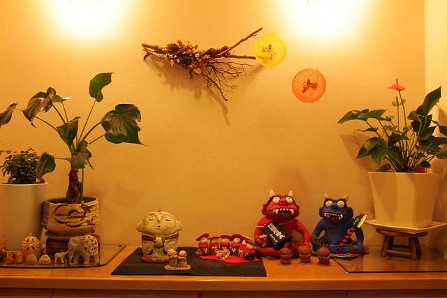 玄関には手作りの作品なども交えてお客様をお迎えしています