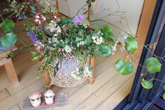 お買上げ後縁側で寛いでいかれるお客様が多い当店。洞川周辺で摘んだ植物で四季をお愉しみいただくことも