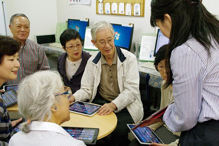 講師を中心に和気あいあいとした雰囲気なので、iPadに初めて触れる方でも安心してご参加いただけます。