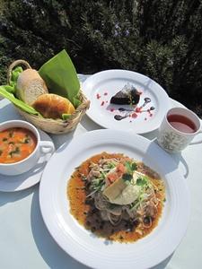 ランチは新鮮な野菜を使った体に優しい季節メニュー。