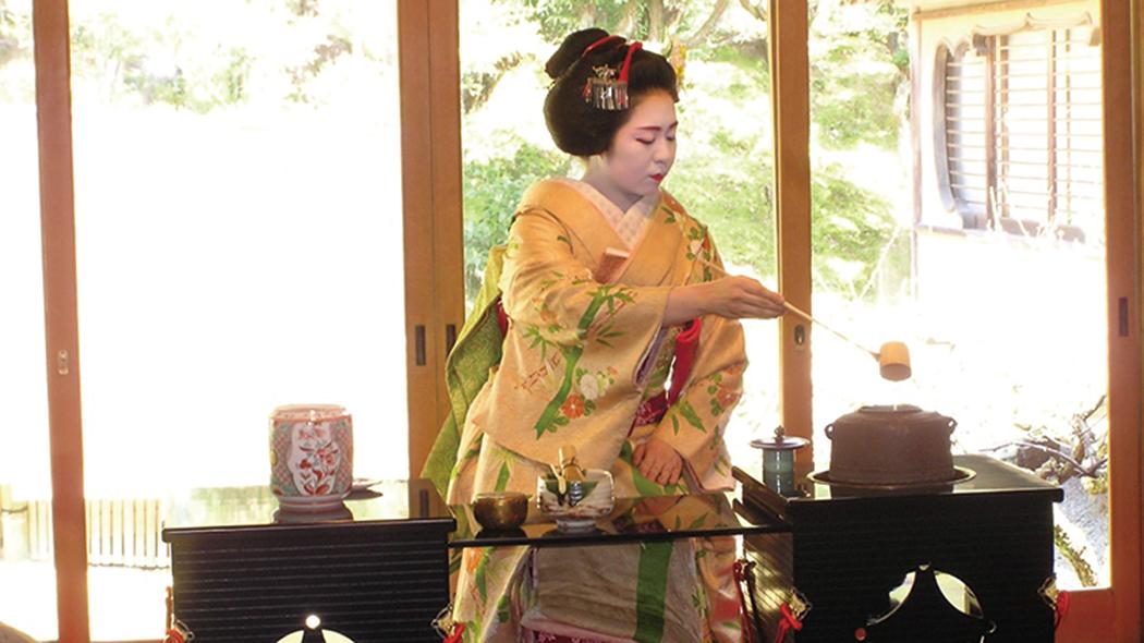 お茶席では舞妓さんからのおもてなしも。