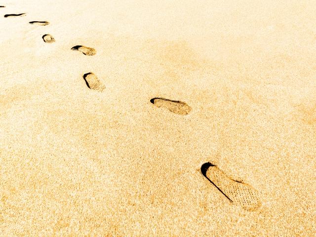 「浜辺の足跡」
