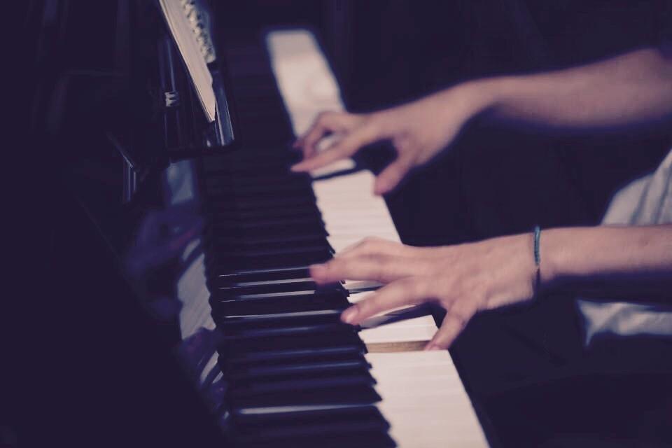 ピアノ弾き語り  シンガーソングライター