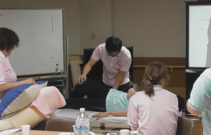 参加者全員による完全側臥位の姿勢調整実習