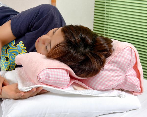 ふたこぶラックンで完全側臥位の頭頚部をしっかり保持